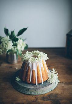 Bundt cake with elderflower icing
