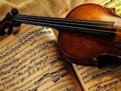 """A Orquestra de Câmara de Curitiba apresenta o concerto """"As Oito Estações"""", cujo repertório abrange as obras """"As Quatro Estações"""", de Antonio Vivaldi, e o """"Quarteto de Cordas em Quatro Partes"""", de John Cage."""