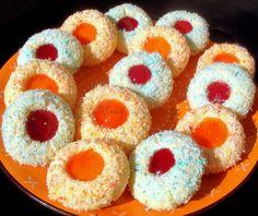 recette de sablés gourmands à la noix de coco et sa touche de confiture. Des couleurs vives et chatoyantes pour un biscuit fondant en bouche. Facile,
