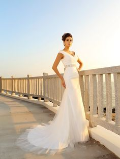 Sheath/Column V-neck Pleats Sleeveless Court Train Net Wedding Dresses