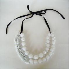 Acessórios MAXi viraram peças indispensáveis nos pescoços das mulheres.