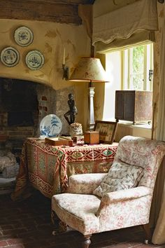 Elegant English country living room ideas for your home. English cottage interior design suggestions and inspiration. English Cottage Style, English Country Decor, English House, English Style, English Cottages, English Cottage Decorating, Tudor Cottage, British English, Lake Cottage