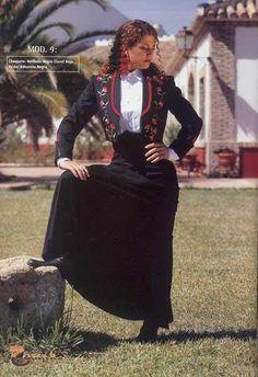Chaqueta Bordada Negra y Falda Amazona