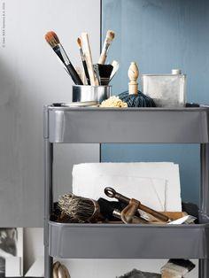 I rullvagnen RÅSKOG, förvaras den kreativa studions verktyg och målarpenslar.