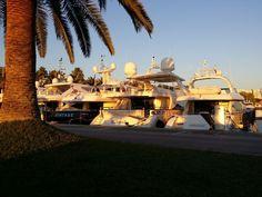 Exklusiver Yachthafen im Mittelmeer Der Hafen Puerto Portals ist einer der bekanntesten Yachthäfen im Mittelmeer. Neben Monaco, Sardinien und Marbella sind die Balearen eines der Hauptreviere für p…