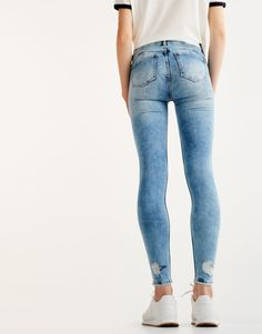 2017 Autumn Winter 2017 jeans collection for women at PULL&BEAR. Try our high waist, biker, cropped, baggy or mom jeans. Super Skinny Jeans, Skinny Pants, Push Up Jeans, Tight Jeans Men, Lined Jeans, Fashion Moda, Men Fashion, Young Fashion, Girls Jeans