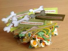 """""""Bonbecs à zenfants"""" pour une Sweet Table Dinosaures toute en couleurs et douceurs."""