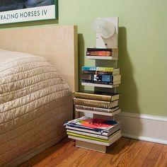 Substituindo o criado mudo por uma mini estante de livros.