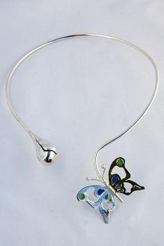 Lente! Fraai zilveren halssieraad van een vlinder op weg naar een openbarstende knop. Halssieraden - Marja Schilt, www.marjaschilt.nl