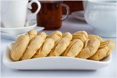 Proste ciasteczka maślane przygotujesz jedynie z czterech składników. Kruche, delikatne o słodkim smaku ciasteczka wykonasz w kilka chwil. Idealne do kubka herbaty lub kawy. Hot Dog Buns, Hot Dogs, Food Cakes, Cake Recipes, Bread, Cookies, Breakfast, Diet, Cakes