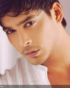 'Balika Vadhu' lead actor Sidharth Shukla, who rose to popularity due to his stint in 'Jhalak Dikhla Jaa', has apparently gone missing and his family has no idea about his whereabouts.