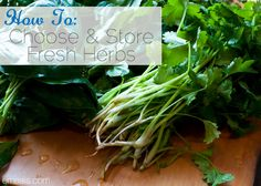 Kitchen Tip: Guide to Choosing and Storing Fresh Herbs Whole Food Recipes, Cooking Recipes, Cooking Stuff, How To Store Strawberries, Cooking With Fresh Herbs, Making A Bouquet, Food Hacks, Food Tips, Clean Eating