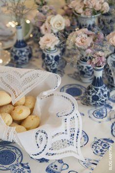 Mesa para chá com pão de queijo, mesa para lanche, tablescape ideas, bordados, embroidery