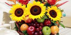 canasta de flores con frutas