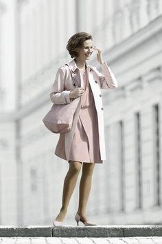 Modische Finesse und Venengesundheit schließen sich nicht aus – vor allem nicht bei Juzo Fine Art. Die hochwertigen und eleganten Kompressionsstrümpfe und -strumpfhosen sind ein geeignetes Mittel, um Ihre Venen fit zu halten und dabei auch umwerfend auszusehen. Sie finden das, was zu Ihrem Kleidungsstil passt: glänzende Transparenz, trendige Farben und kreative Muster.   #kompression #compression #juzo #fineart #juzospirit Brown Tights, Wool Tights, Elegant, Hosiery, Women Wear, Stockings, Fine Art, Coat, How To Wear