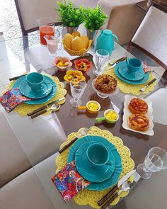90 sousplats de crochê para a sua mesa e modelos com passo a passo Tea Party Decorations, Decoration Table, Brunch Mesa, Breakfast Table Setting, Crochet Mittens Free Pattern, Party Food Platters, Table Setting Inspiration, Crochet Mandala, Dinner Table