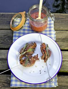 Saltimbocca-Spiesse mit Aprikosen-Himbeer-Sauce