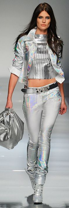 Trendy Silver Metallics von Blumarine :: Fall Ready To Wear 2012 - Silber Fashion Casual, Look Fashion, High Fashion, Fashion Show, Fashion Design, Fashion Trends, Fashion Beauty, Fashion Moda, Womens Fashion
