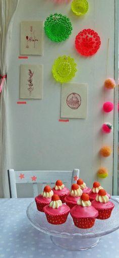 pompom fluo. cool idea for the fridge.