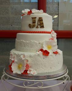 Bruidstaart met kant en bloemen