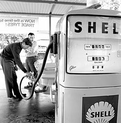 When petrol was 10 cents a litre. Good Old Times, The Good Old Days, Old Photos, Vintage Photos, Made In Dagenham, Shell Station, Pompe A Essence, Nostalgia, Gas Service