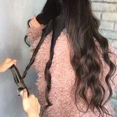 外人風スパイラル巻き♡ ・ ・ パールグレージュグラデーション♡ ・ 後ろが3〜4段に分けて スパイラル巻きをします! ・ 巻きが取れやすい方は 最後にまとめてほぐすと リッチが強めに残るのでおすすめです✨ ・ 最後に表面の髪を 少し束でとり細かめに スパイラル巻きします! ・ 下から手ぐしを通しながら ほぐせば完成!!! ・ ・ コテはクレイツの32mmで 温度は180度です☺︎! ・ #forever21#gu#uniqlo#zara#americansalon#outfit#fashion#데일리룩#เสื้อผ้าแฟชั่น#发#updoeducator #hairstyle#emoda#hm#ootd#ハンドメイドアクセサリー #ロングヘア #ロング#外国人風#ヘアスタイル#ロングヘアー#アッシュ#ヘアカラー#グラデーションカラー#ハイライト#コーデ#アレンジ#ミディアムヘアー#巻き髪 #ウェットスタイリング