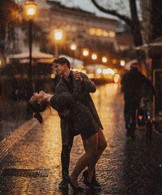 Couple Photoshoot Poses, Couple Shoot, Photoshoot Ideas, Rain Photography, Couple Photography, Couple In Rain, Cute Couple Dancing, Ville Rose, Classy Couple
