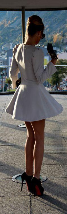 Coat Overcoat: coosy : Shoes: Christian Louboutin :  Handbag: Chanel :  Gloves: Zara : Shorts: Zara :  Glasses: Prada Algo más?
