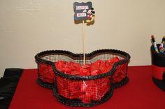 Canasta de malla en forma de la cabeza de Mickey con caramelos de menta.