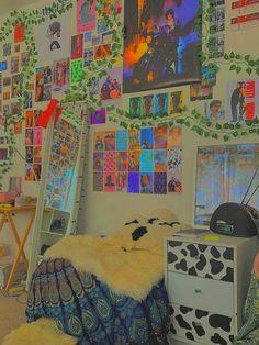 Aesthetic room deco decor ideas inspo inspiration diy picture photo wall poster mirror plants vinyl art hoe vintage trendy casual pastel vsco pink girly 90s 80s 70s 2000s Indie Room Decor, Indie Bedroom, Cute Room Decor, Aesthetic Room Decor, Teen Room Decor, Indie Dorm Room, Hippie Bedrooms, Boho Decor, Aesthetic Indie