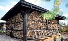 Tylko zachodni i północny bok altany zajmują półki z drewnem do kominka