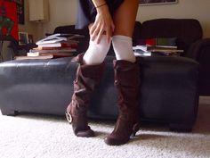 Q: K ČEMU NOSIT KOZAČKY DO PŮLI LÝTEK? A: Aby tahle problematická délka nezkracovala nohy, musí být boty vidět. V létě k volným šatům nebo maxitričku na holé nohy. Na podzim ke skinny kalhotám nebo krátké sukni s tmavými punčochami. K sukni POUZE v délce maxi.