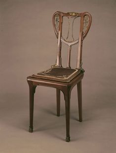 Louis Majorelle : Chaise Nénuphar. Noyer, mouluré rehaussé de bronzes dorés, assise cannée d'osier. Vers 1903. Classic Furniture, Vintage Furniture, Home Furniture, Furniture Design, Decoration, Art Decor, Design Art Nouveau, Art Deco Chair, Chaise Chair