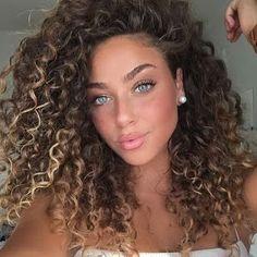 The Best Ways To Style Short Curly Hair - .-Die besten Möglichkeiten, kurzes lockiges Haar zu stylen – Kurzes lockiges Haa… The best ways to style short curly hair – cut short curly hair with side bangs. Best ways to get short curly hair – - Curly Hair Styles, Curly Hair Cuts, Natural Hair Styles, Natural Beauty, Curly Wigs, Girls With Curly Hair, Brown Curly Hair, Perms For Long Hair, Blonde Curly Hair Natural