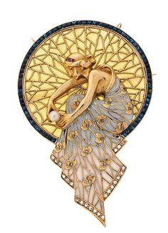 "Lluís Masriera Rosés (1872-1958). Broche-colgante con ninfa. s.d. Oro, diamantes, rubíes, perla cultivada, esmalte ""plique-à-jour"" y símil de zafiros. s.l."