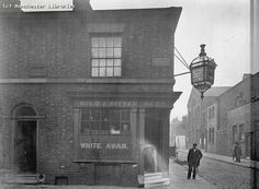 White Swan Inn, Hood Street, Ancoats, 1899 Manchester England, Manchester City, Salford, White Swan, British History, History Facts, Old Photos, Street Photography, Vintage Shops