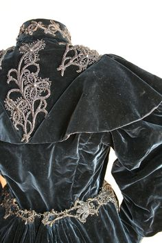 Ensemble ca. 1896 this is so heavy looking! 1800s Clothing, Historical Clothing, Vintage Clothing, Vintage Dresses, Vintage Outfits, Victorian Dresses, Corsage, 1500s Fashion, Victorian Fashion