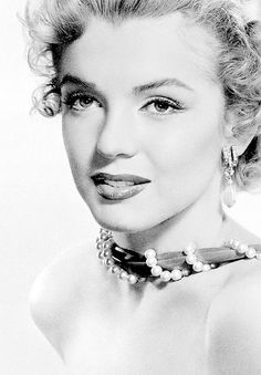 Marilyn Monroe: Iconic image of the Hollywood actress / sex symbol …. Hollywood Stars, Classic Hollywood, Old Hollywood, Hollywood Glamour, Hollywood Icons, Marlene Dietrich, Most Beautiful Women, Beautiful People, Amazing People