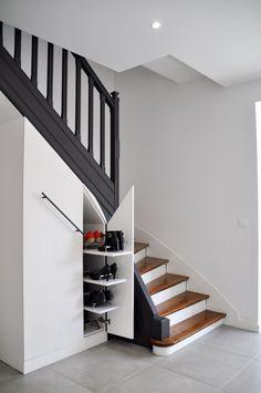 ideas under the stairs creative Shoe Storage Under Stairs, Closet Under Stairs, Staircase Storage, Stair Storage, Small Staircase, Staircase Design, Small Room Bedroom, Closet Bedroom, Dog Bedroom