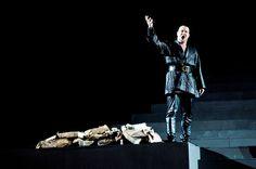 Allontanate le donne, viene introdotto Ezio, valoroso generale romano, che viene ad offrire ad Attila il suo aiuto per le future conquiste, pur di avere in cambio l`Italia.