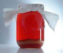 Kombucha – Wikipedia Unter dem Namen Kombucha versteht man im Westen ein kalt getrunkenes Gärgetränk, das durch Fermentierung gesüßten Tees, z. B. Grünen Tees, mit dem sogenannten Kombuchapilz oder Teepilz hergestellt wird. Es handelt sich bei Kombucha allerdings nicht um einen einzigen Pilz, sondern um eine Symbiose verschiedener Hefen (einzellige Pilze), genauer Ascomyceten (Saccharomyces cerevisiae, Saccharomyces ludwigii, Schizosaccharomyces pombe, Pichia fermentans u. a.) und…