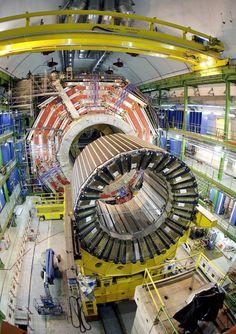Esta semana, la Universitat de València y el CSIC acogen un encuentro internacional de investigadores orientado a definir el futuro del Gran Colisionador. El acelerador funcionará con la misma energía, pero multiplicando por 10 el número de colisiones entre partículas. Esto abrirá la puerta a la observación de procesos muy raros que no son accesibles desde la sensibilidad actual del Gran Colisionador de Hadrones del CERN.#biblioteques_UVEG