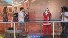 Cada uno de los participantes que lleva un disfraz original puede evitar responder una de las tres preguntas. En este caso, Papá Noel lo logró pero...
