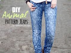 Hier präsentieren wir eine wunderbare DIY-Anleitung für alle, die nicht nähen können oder wollen. Xenia von Fashionrolla zeigt Dir, wie Du Deine Jeans mit einem Tiermuster wieder aufpeppen kannst und zwar ganz einfach mit Bleiche.