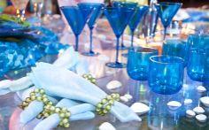 Azul da cor do mar... Com cordão de pérolas nos guardanapos e pequenas conchas à mesa
