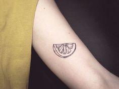 Olá meus amores, como estão vocês? Espero que estejam todos bem. O post de hoje é cheio de inspiração de tatuagens fofinhas de frutas, como sabem eu sou apaixonada por tatuagens e separei algumas b…