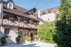 Das Hôtel Wilson befindet sich in Dijon auf dem berühmten Platz Wilson. Dieses Hotel-Etablissement empfängt Sie in einem aussergewöhnlichen und raffinierten Rahmen. Das Hôtel Wilson sowie das Restaurant Stéphane Derbord verbinden Vergnügen und Gastronomie während Ihres Aufenthaltes in der Hauptstadt des Burgunds.