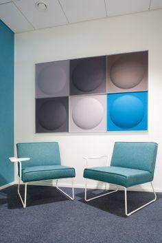 Kussakin kerroksessa on oma pastellisävyinen värimaailmansa, joka toistuu kalusteissa, tekstiileissä, matoissa ja valaisimissa. Tere-lepotuolin leveää käsinojaa voi käyttää läppärin, muistion tai vaikkapa kahvikupin alustana.