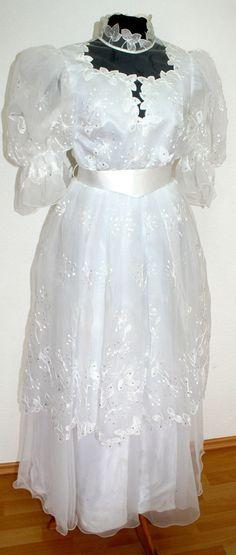 Das Kleid ist üppig mit Spitze und Stickerei verziert, Perlen und Glitzersteine runden das Design ab. Das Kleid wird am Rücken mit vielen Perlen geknöpft, darunter befindet sich ein Reissverschluss. | eBay!