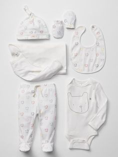 Pin for Later: 25 Adorable Outfits For Baby's Homecoming Baby Gap Bear Take-Home Set Gender-neutral bears adorn this charming ensemble by Baby Gap ($68).